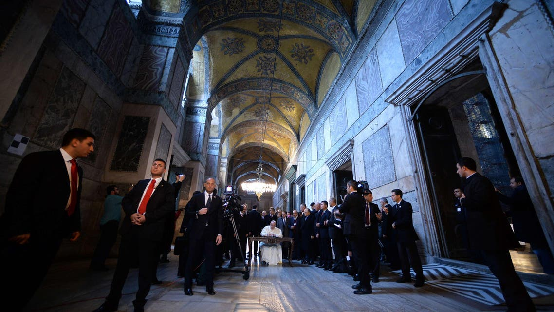 Pope Francis (L) visits the Blue Mosque (Sultan Ahmet mosque) with Mufti Rahmi Yaran on November 29, 2014 in Istanbul. AFP