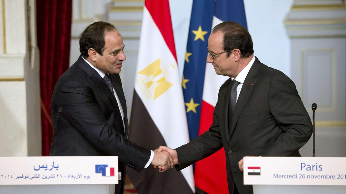 French president Francois Hollande (R) shakes hands with Egyptian President Abdel Fattah al-Sisi after a joint statement at the Elysee palace on November 26, 2014 in Paris. (AFP)