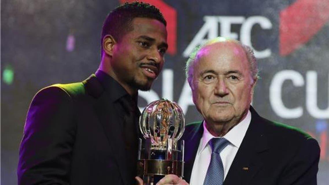 الشمراني في لقطة تذكارية مع بلاتر بعد حصوله على جائزة أفضل لاعب آسيوي