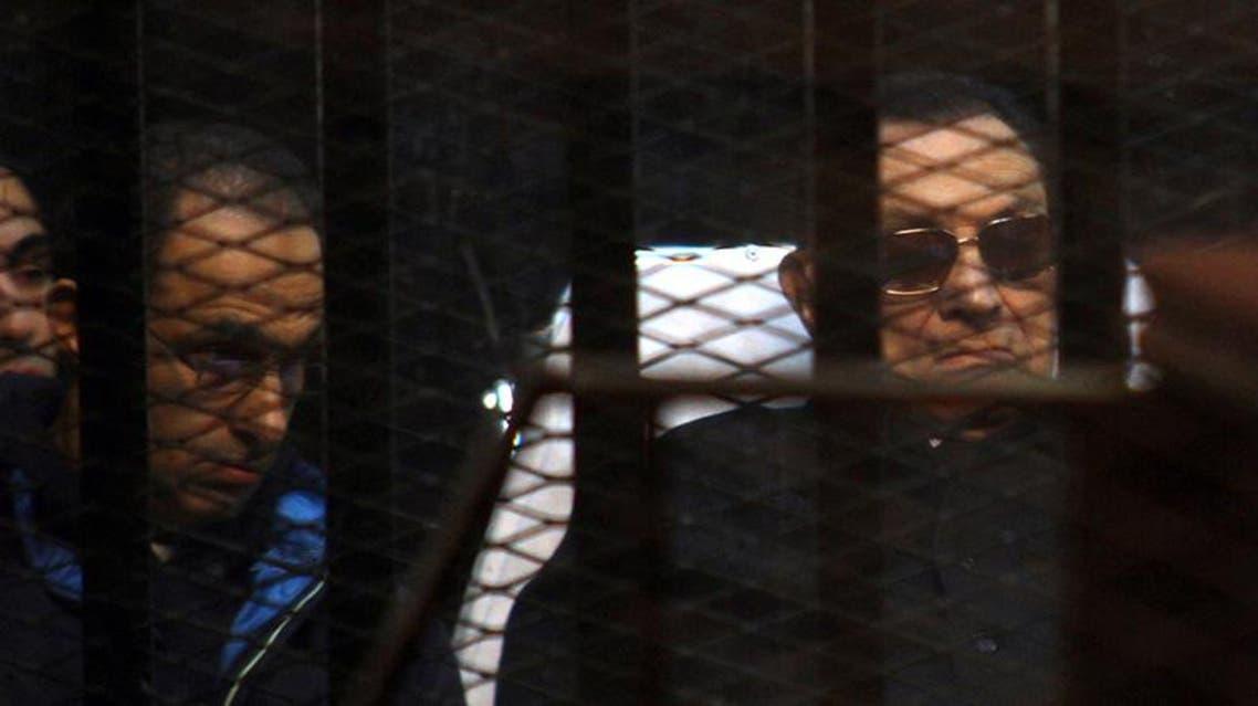 مبارك وابنه جمال اثناء المحاكمة