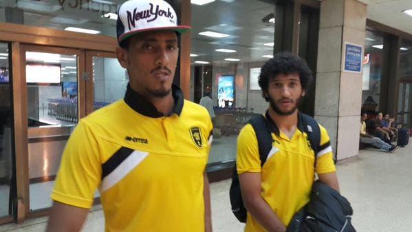 فواز القرني ومحمد قاسم لحظة وصولهما إلى جدة مع بعثة الاتحاد