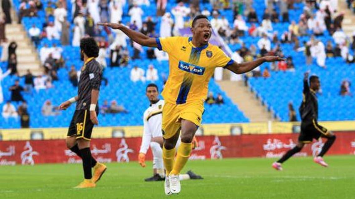 إيفولو يحتفل بأهدافه الثلاثة بمرمى الاتحاد