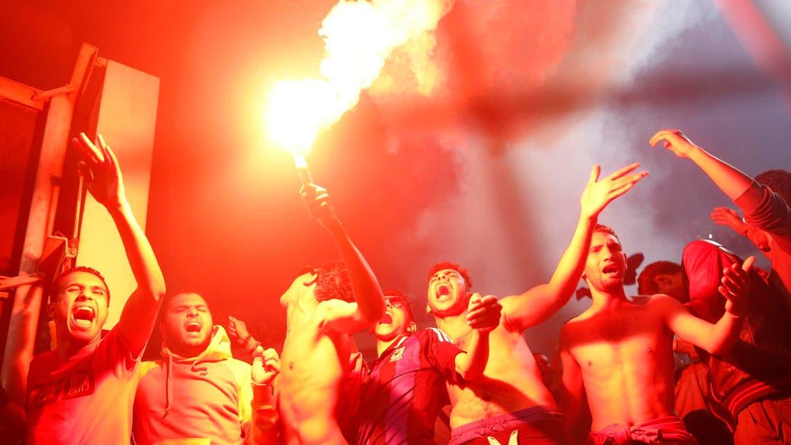 جماهير الأهلي المصري تطلق الألعاب النارية بعد فوز فريقها بكأس أفريقيا