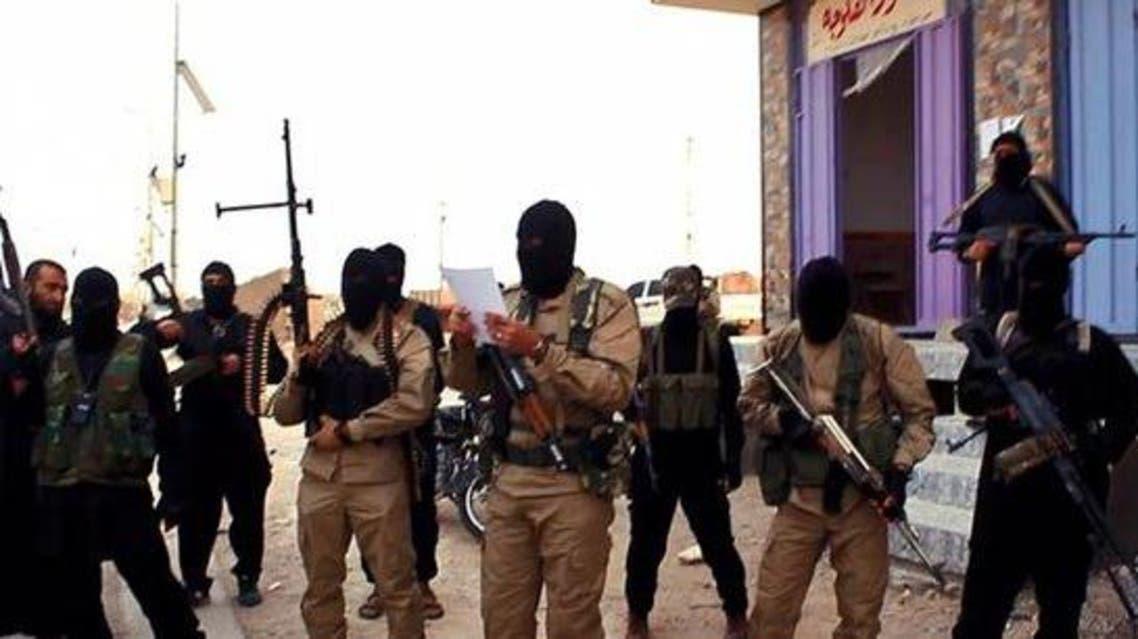 داعش يلقي برجل من سطح مبنى ويرجمه حتى الموت