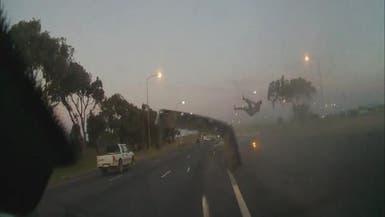بالفيديو.. شاب يطير في الهواء أثناء حادث سير مفاجئ