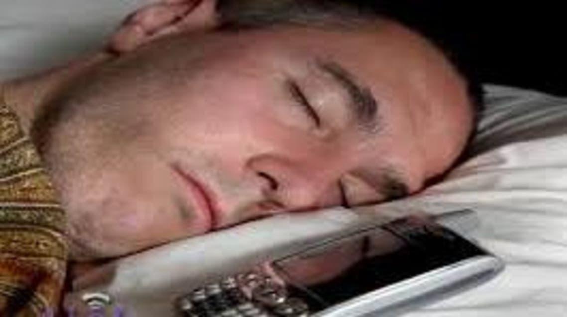 نائم وهاتف