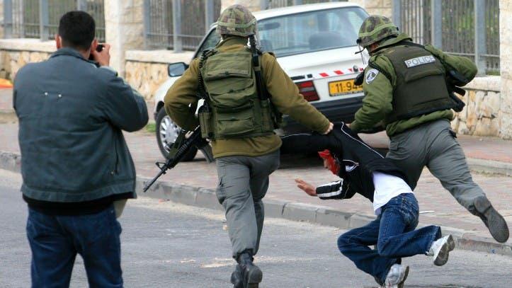 طفل فلسطيني معتقل بطريقة وحشية - أرشيفية