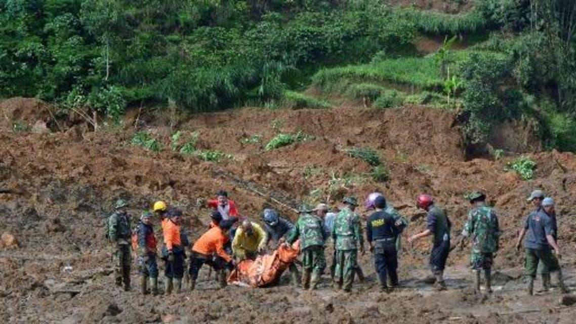 ضحايا انزلاق التربة في أندونيسيا