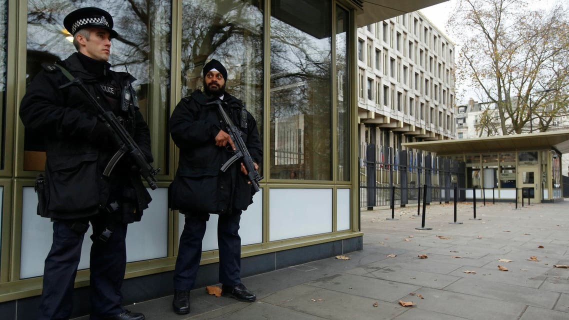 Police officers patrol outside the U.S. embassy in London December 9, 2014. (File photo: Reuters)