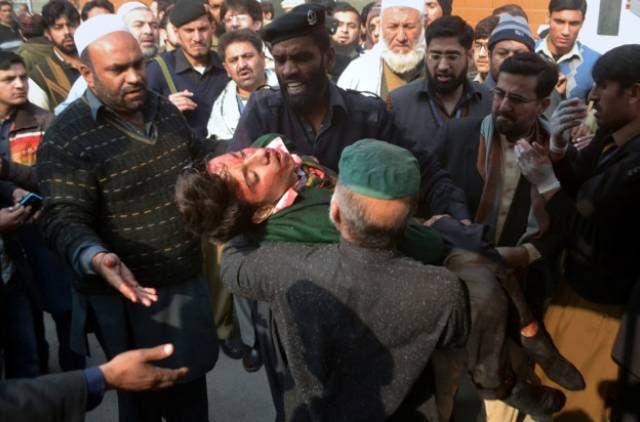 ایک نامعلوم زخمی طالبعلم کو ہسپتال لیجایا جا رہا ہے