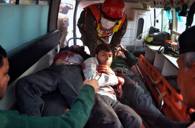 ایک ایمبولینس گاڑی میں تین زخمی طلبہ