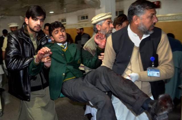 سکول کا عملہ اور فوجی اہلکار زخمیوں کو ہستپال منتقل کر رہے ہیں