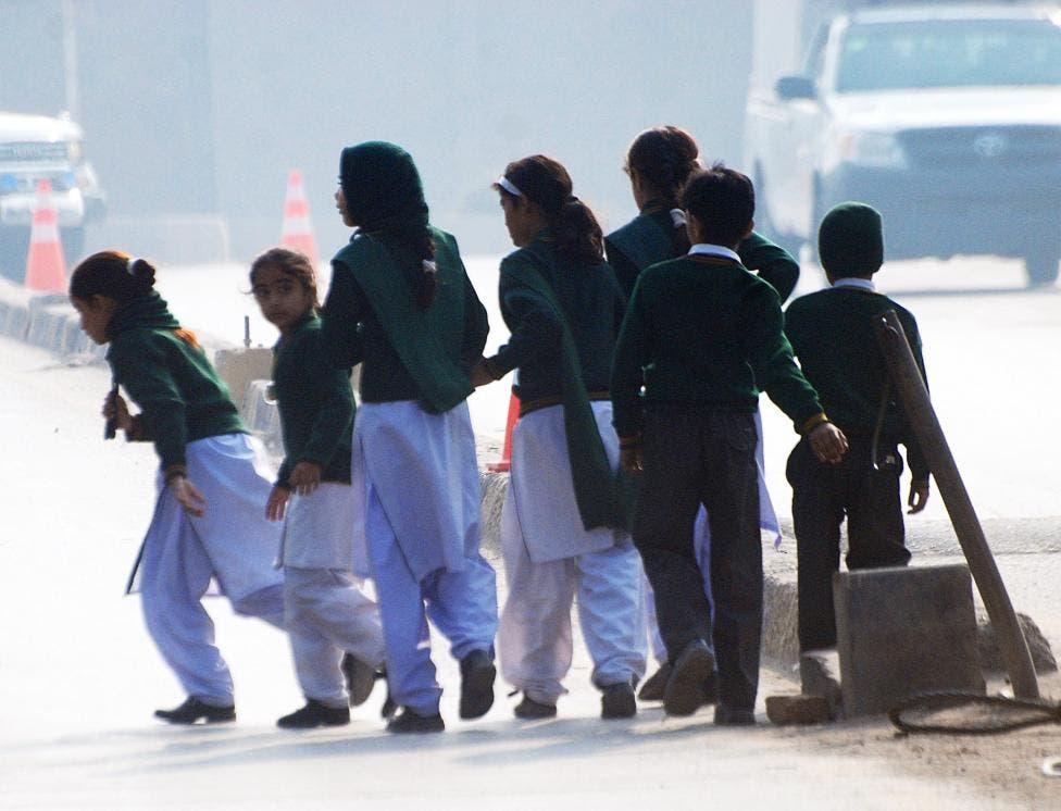 سکول سے بحفاظت نکالے جانے والے طلبہ محفوظ مقام کی سمت منتقل ہو رہے ہیں