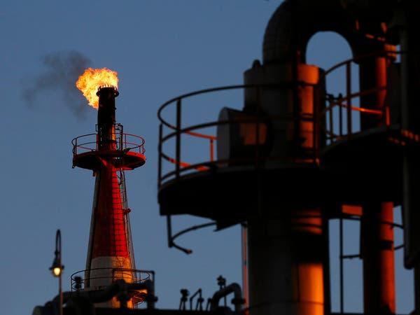 النفط يهبط 4% بضغط الغموض حول تجميد الإنتاج