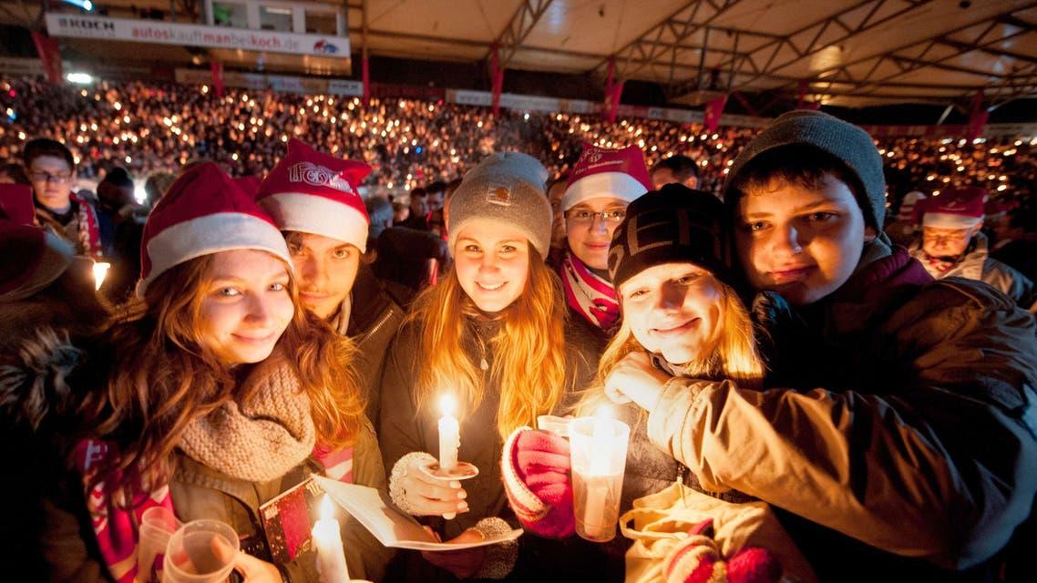 ألمان يحتفلون بأعياد الميلاد في ملعب لكرة القدم
