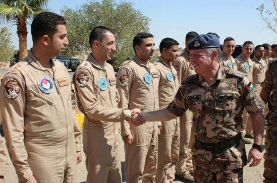 صورة لقائد الطائرة الأردني الأسير لدي داعش مع الملك عبدالله (أرشيفية)