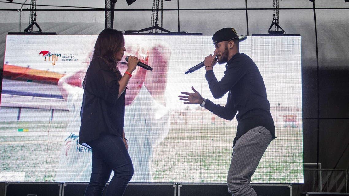 نيمار يراقص مغنية برازيلية
