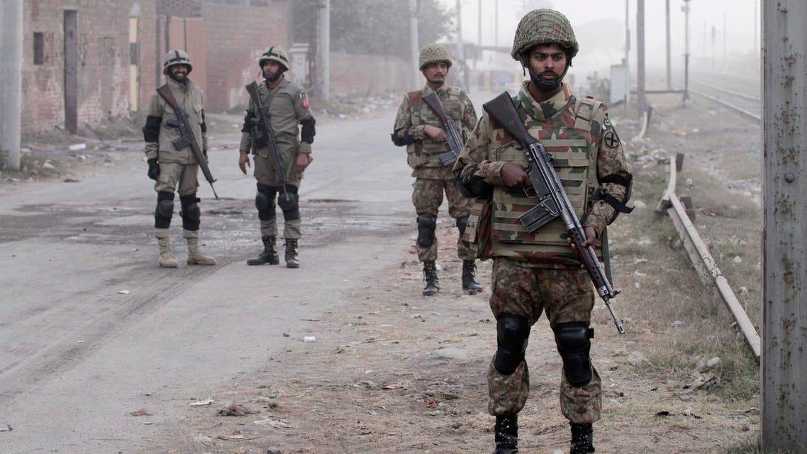 Pakistan Army soldiers (R) and rangers (L) stand guard during a patrol along a road leading to Central Jail Lahore December 20, 2014. (File photo: AFP)