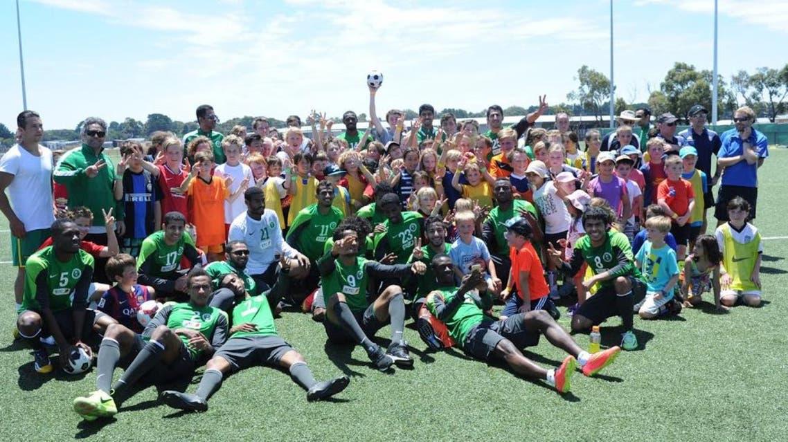 أطفال سرف كوست مع لاعبي الأخضر