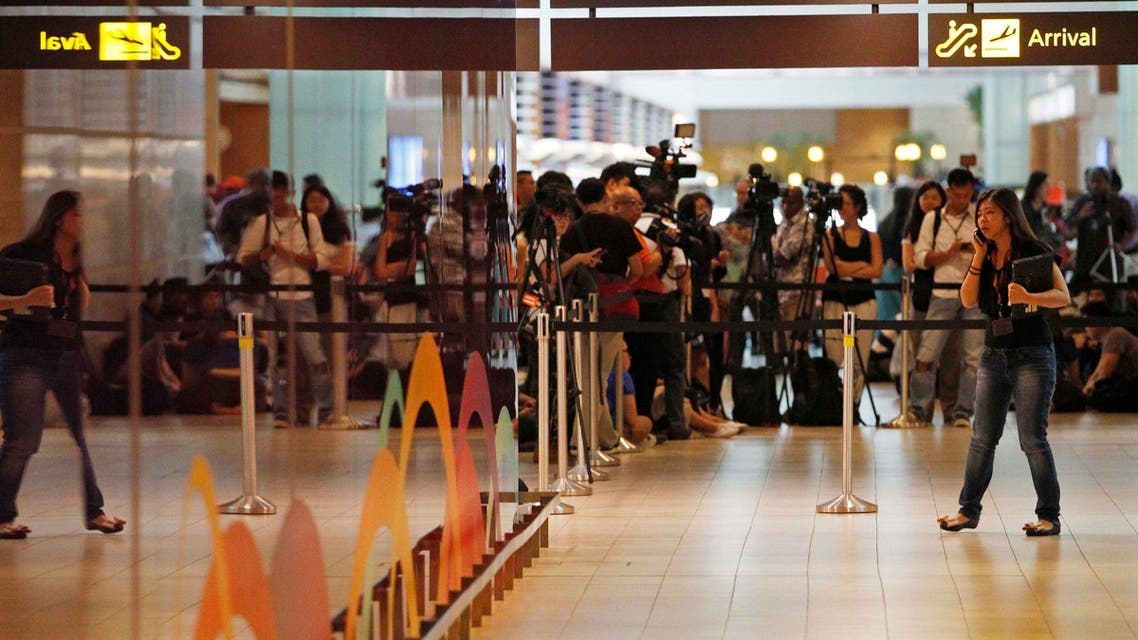 Journalists crowd the waiting area for next-of-kin and relatives of passengers onboard AirAsia flight QZ8501 at Changi Airport in Singapore December 28, 2014. (Reuters)
