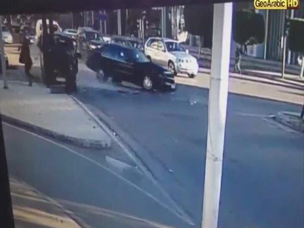 بالفيديو.. لبنانية تنجو بأعجوبة من حادث سير قاتل