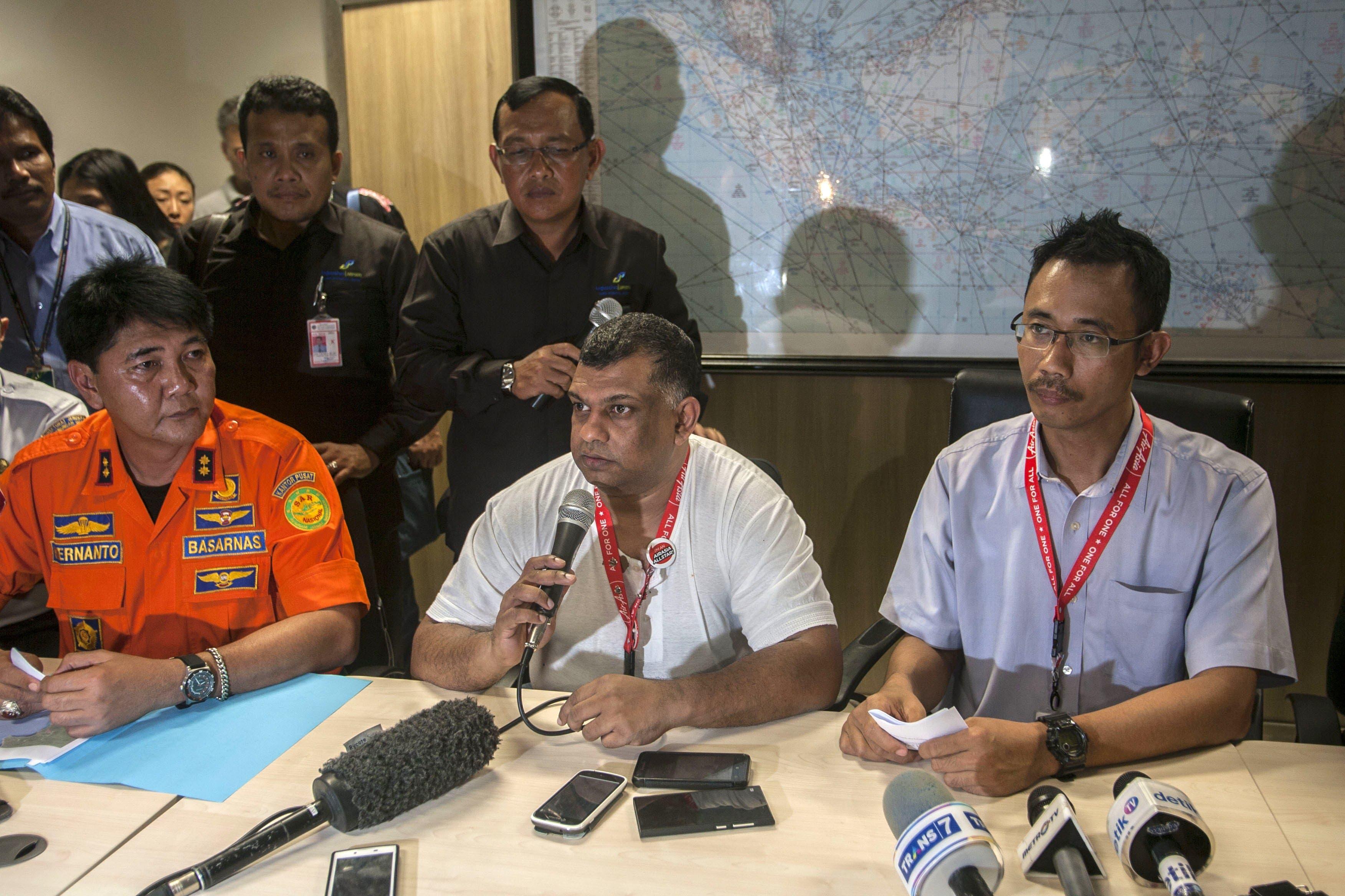 Director of Air Asia Tony Fernandez (C), President Director AirAsia. (AFP)