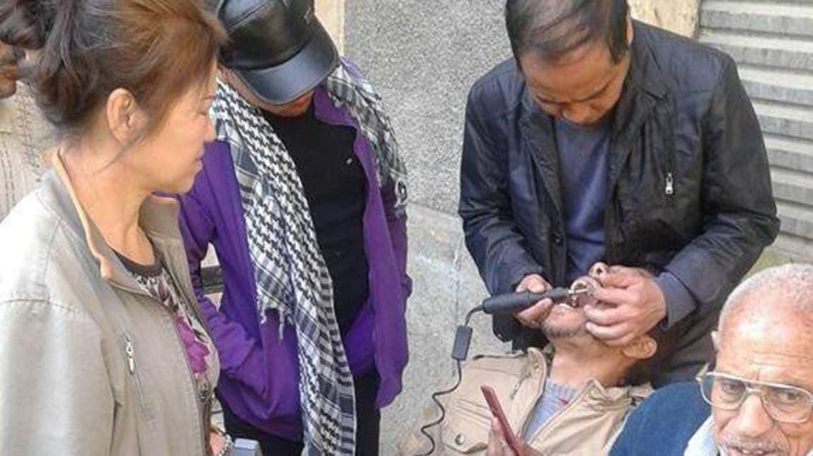 صينيون يمارسون طب الأسنان بمصر