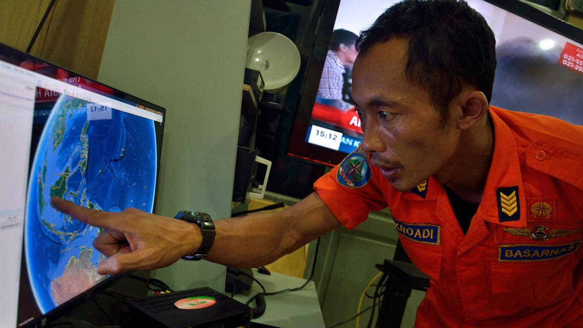 An official from Indonesia's national search and rescue agency in Medan, North Sumatra points at his computer screen to the position where AirAsia flight QZ8501 went missing off the waters of Indonesia on December 28, 2014. (AFP)
