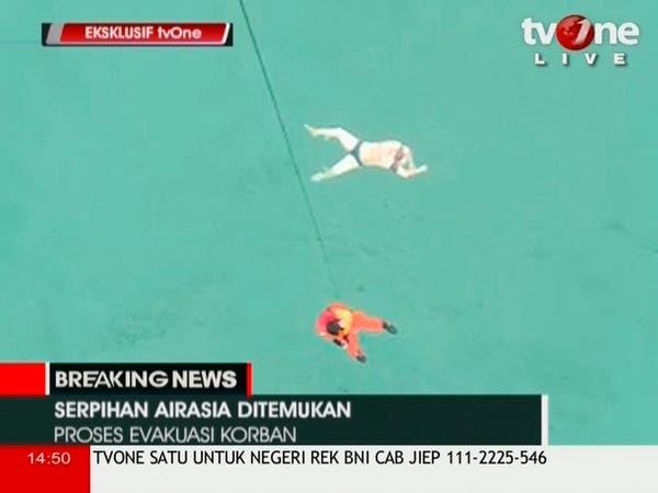 انتشال عشرات الجثث من حطام الطائرة الماليزية