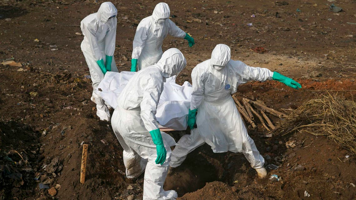Health workers carry the body of a suspected Ebola victim for burial at a cemetery in Freetown December 21, 2014. (Reuters)