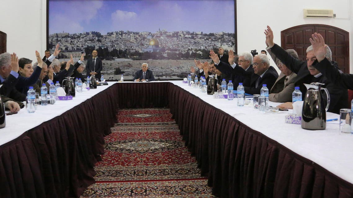 Palestinian President Mahmoud Abbas (C) meets with the Palestinian leadership to sign international agreements in the West Bank city of Ramallah, in this December 31, 2014. (Reuters)
