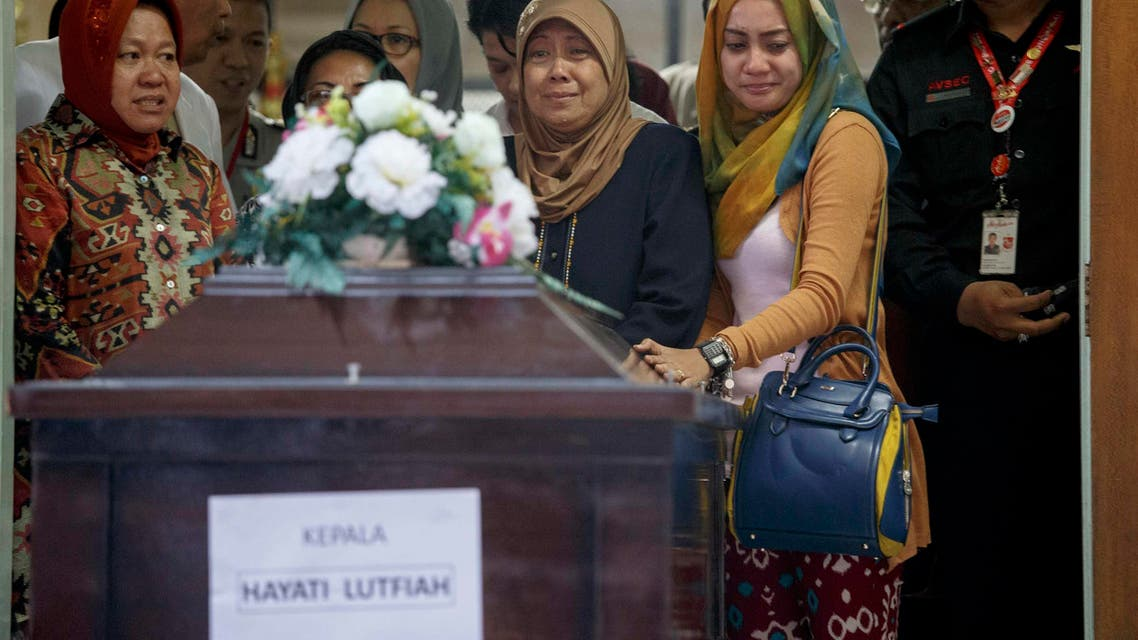 The mother (2nd R) and other family members of Hayati Lutfiah, a passenger of AirAsia QZ8501, cry upon receiving her remains at Bhayankara Hospital in Surabaya Jan. 1, 2015. (Reuters)
