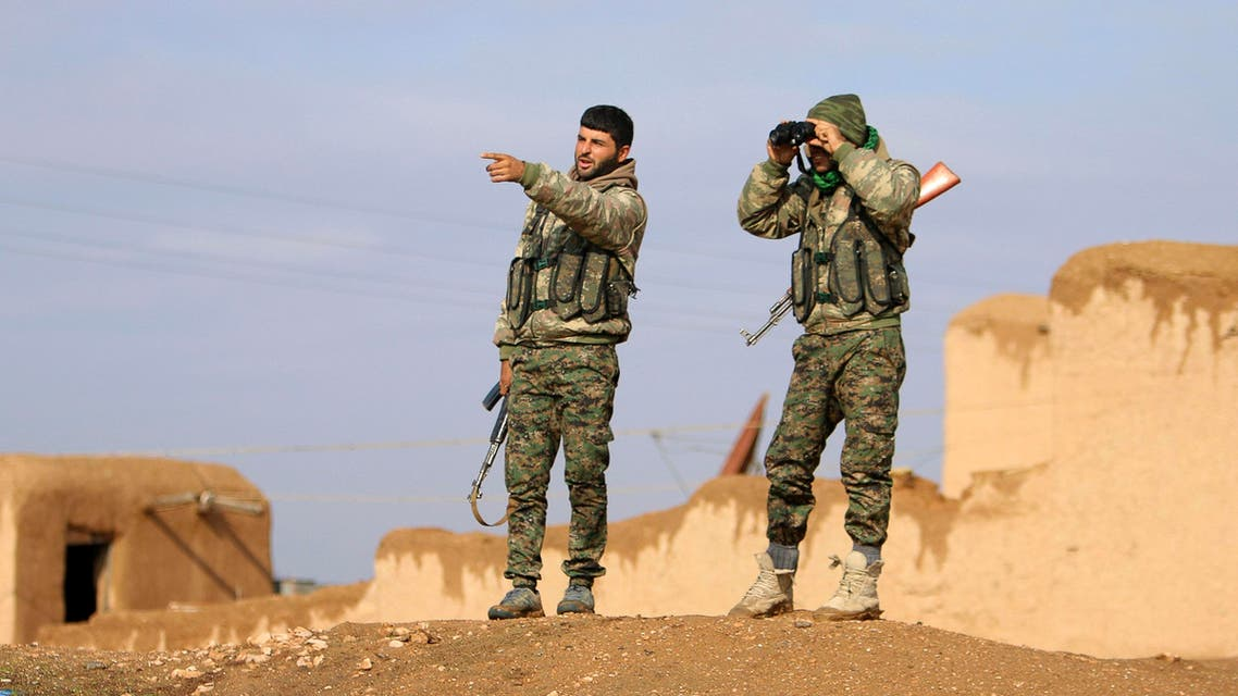Kurdish People's Protection Units (YPG) fighters monitor positions of Islamic State militants in the southern Ras Al-Ain countryside December 20, 2014. (File photo: Reuters)