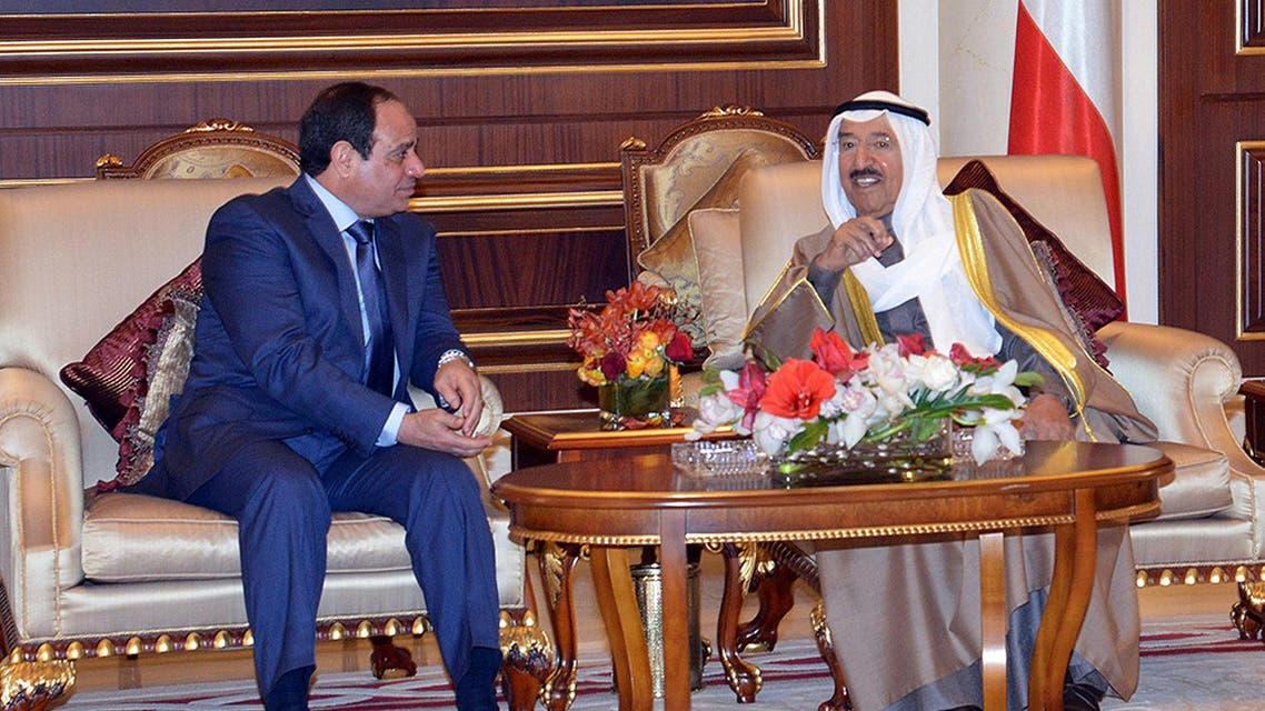 Egyptian President Abdel Fattah el-Sisi (L), speaks with the Emir of Kuwait, Sheikh Sabah al-Ahmad al-Jaber al-Sabah during a meeting in Kuwait City on January 5, 2015. (AFP)