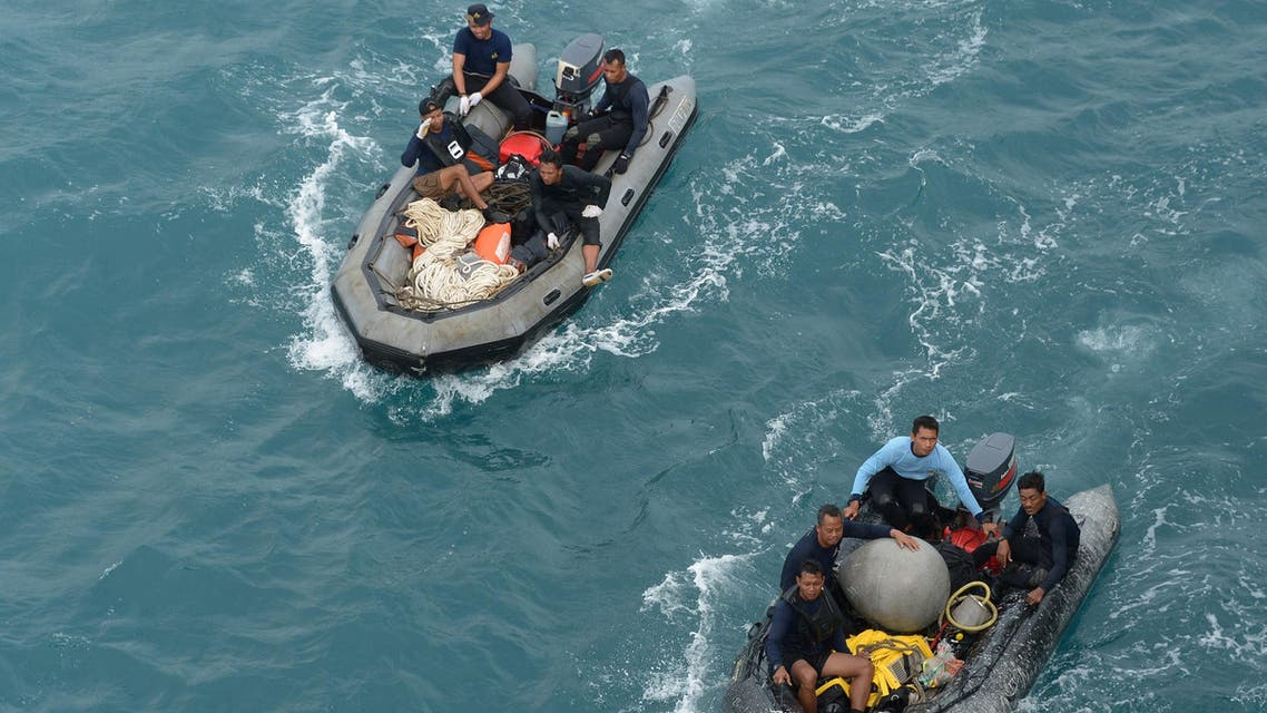 Indonesian navy divers arrive near the navy vessel KRI Banda Aceh after taking part in an operation to raise the tail of the crashed AirAsia Flight QZ8501 in the Java sea on Jan. 8, 2015. (AFP)