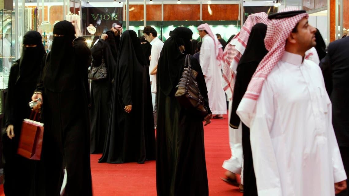 Saudis look at jewelry at a gold fair in Riyadh, Saudi Arabia. (File photo: AP) SAUDIS