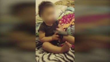 بالفيديو.. طفلة تضع مسدساً في فمها.. والوالد يرشدها