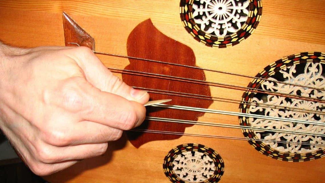 العزف على آلة العود الموسيقية عزف الموسيقى