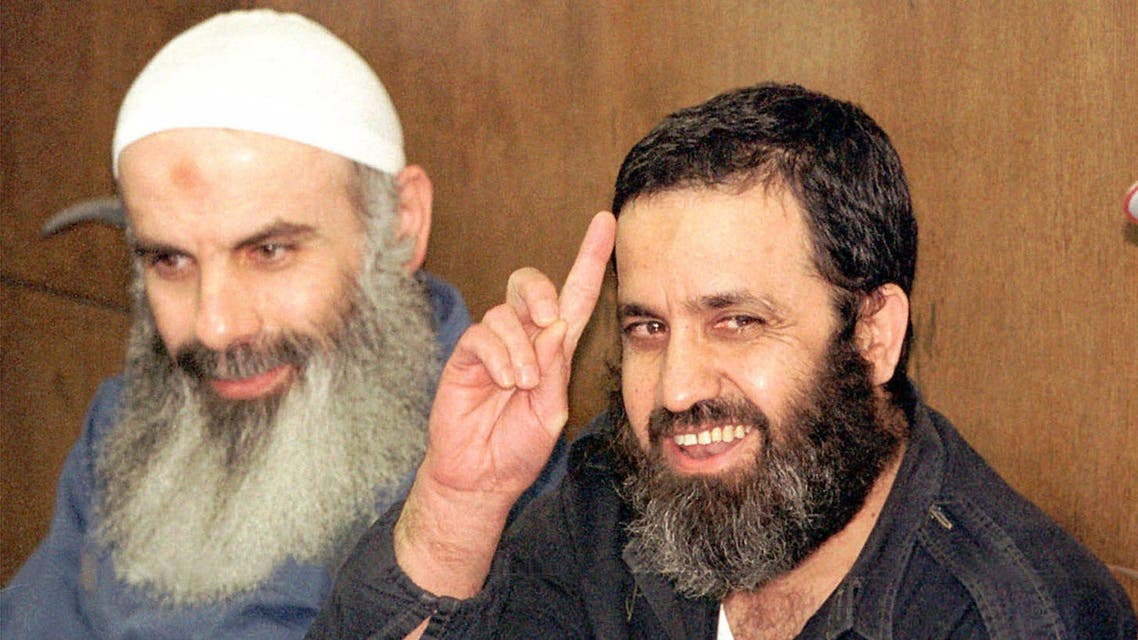 Mustaffa Dirani, right, and Sheikh Abdel Karim Obeid, left, are seen as they wait at the District court in Tel Aviv Monday, May 29, 2000. (File Photo:AP)