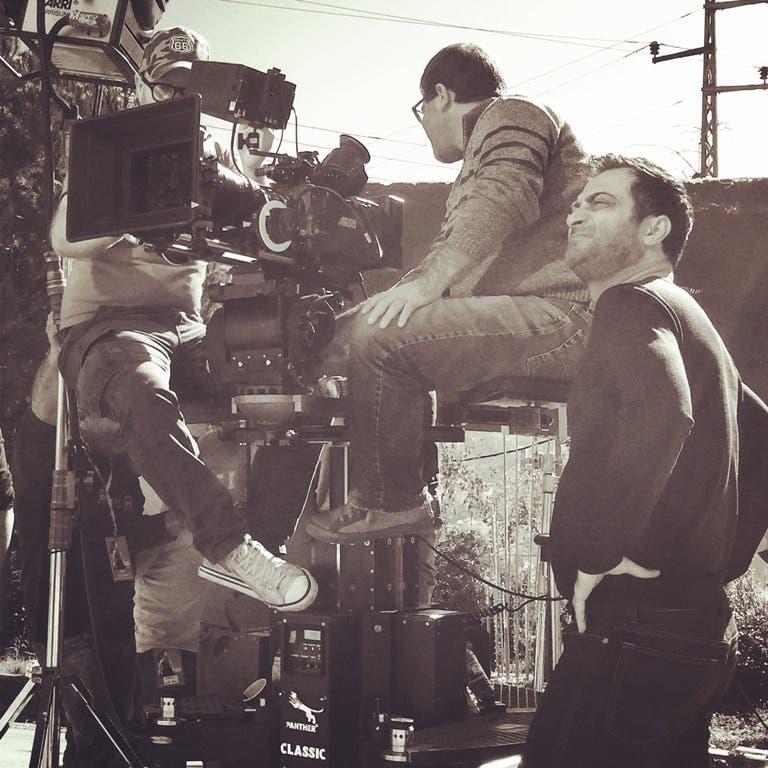 ناصر فقيه مع فريق العمل خلال التصوير