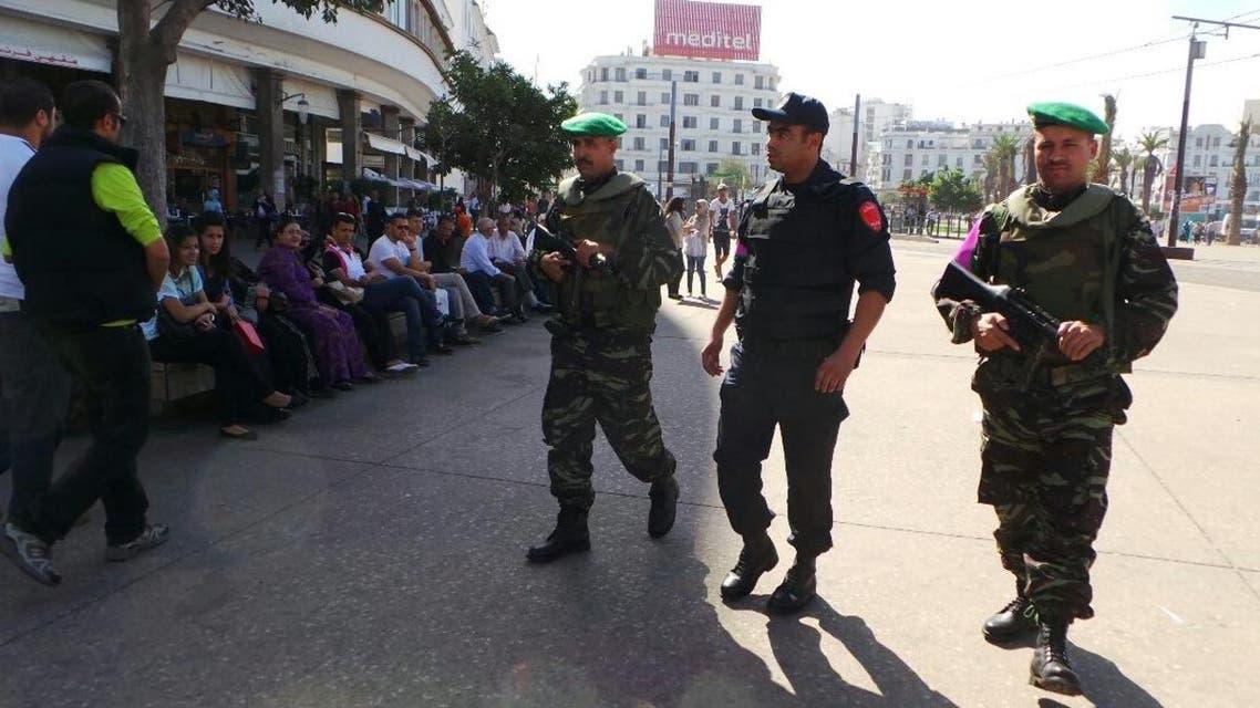 دوريات حذر ضد الإرهاب تتجول في شارع رئيسي في مدينة الدار البيضاء الشرطة المغربية