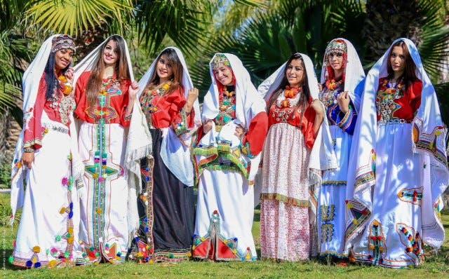 فتيات مغربيات يلبسن زيا أمازيغيا مغربيا احتفالا بالعام الأمازيغي الجديد
