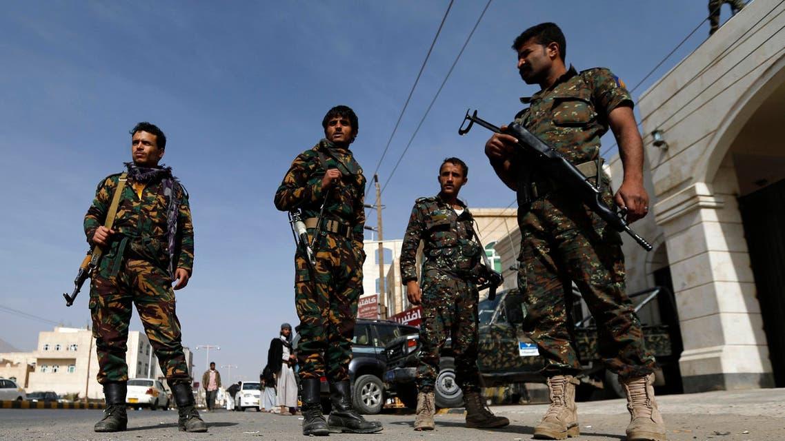 عناصر شرطة يحرسون مبنى محكمة في صنعاء