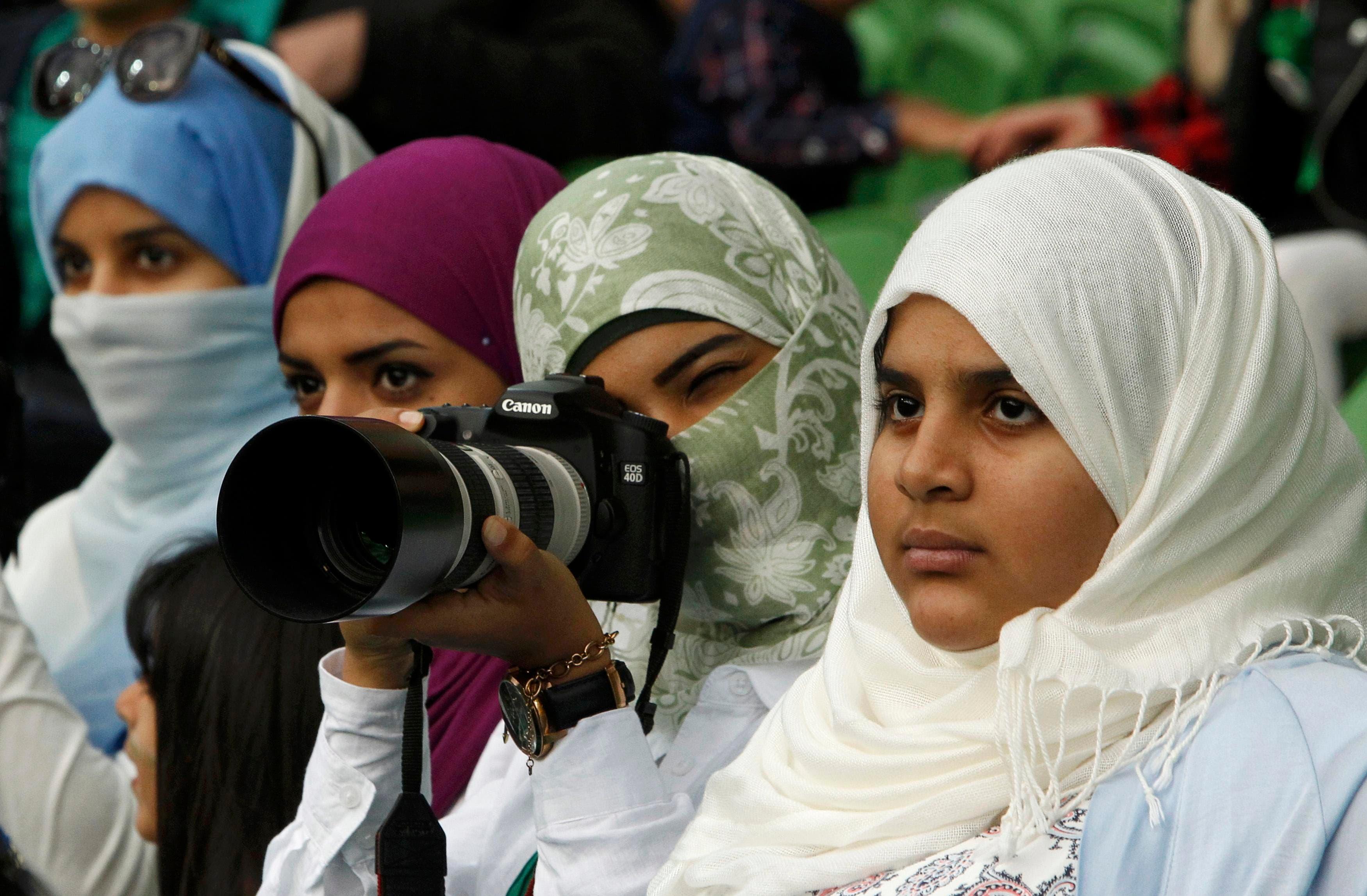 سعوديات يدعمن الأخضر