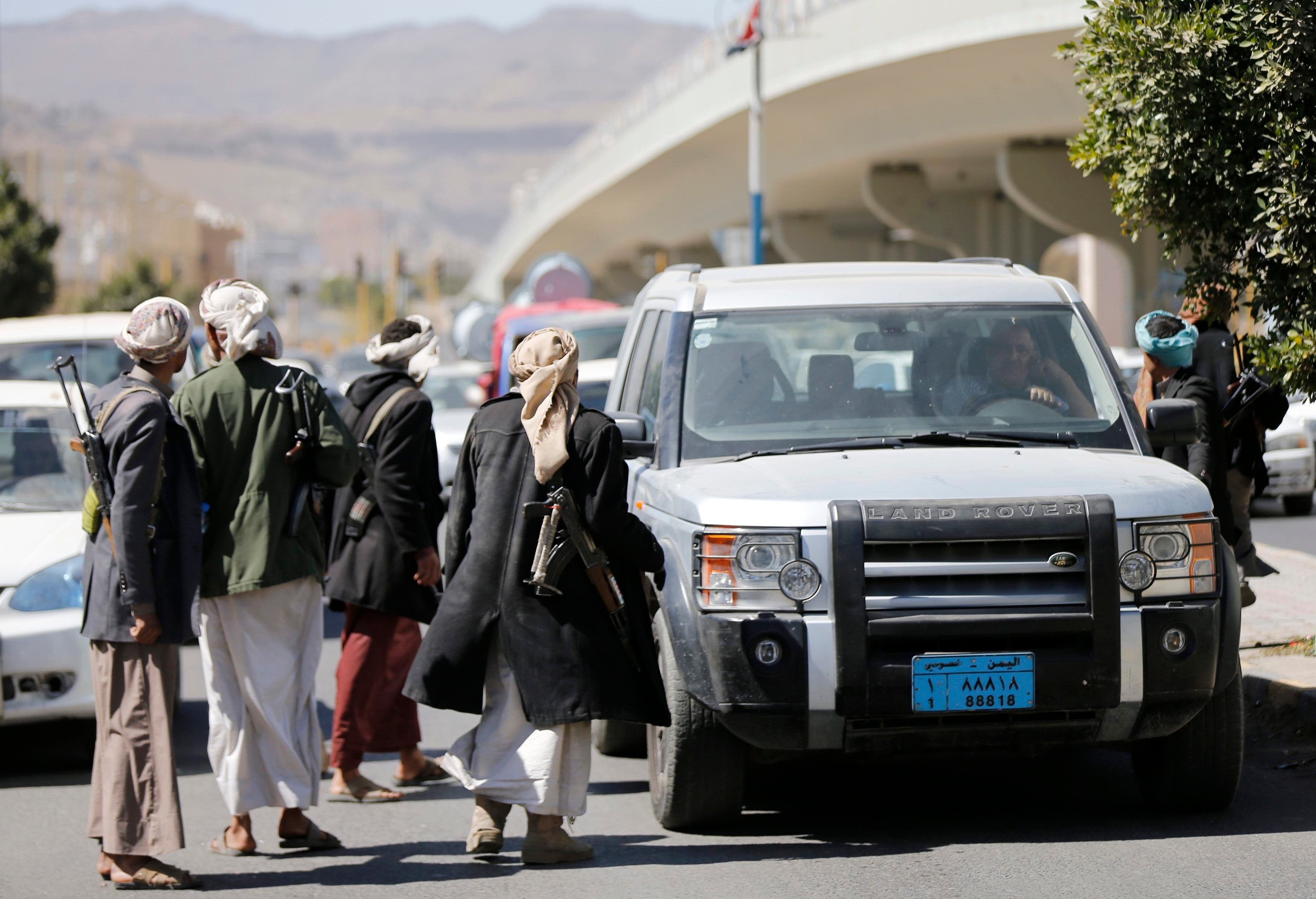 Houthi fighters man a checkpoint on a road leading to the Presidential Palace in Sanaa Jan. 20, 2015. (Reuters)