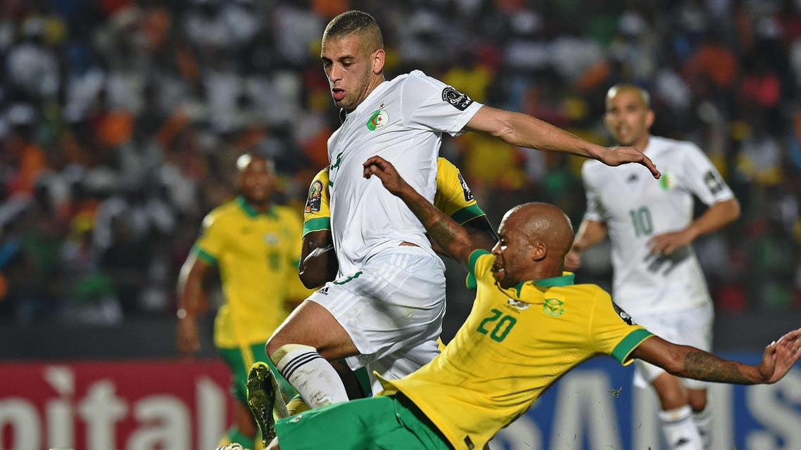 South Africa's midfielder Oupa Manyisa (R) vies with Algeria's defender Madjid Bougherra during the 2015 African Cup of Nations