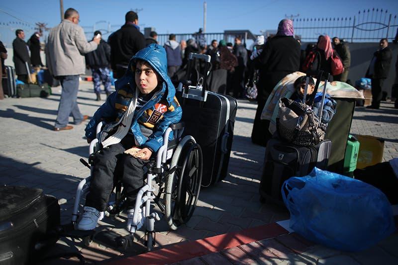 فلسطينيون من سكان غزة بإنتظار دورهم للعبور الى مصر عبر معبر رفح