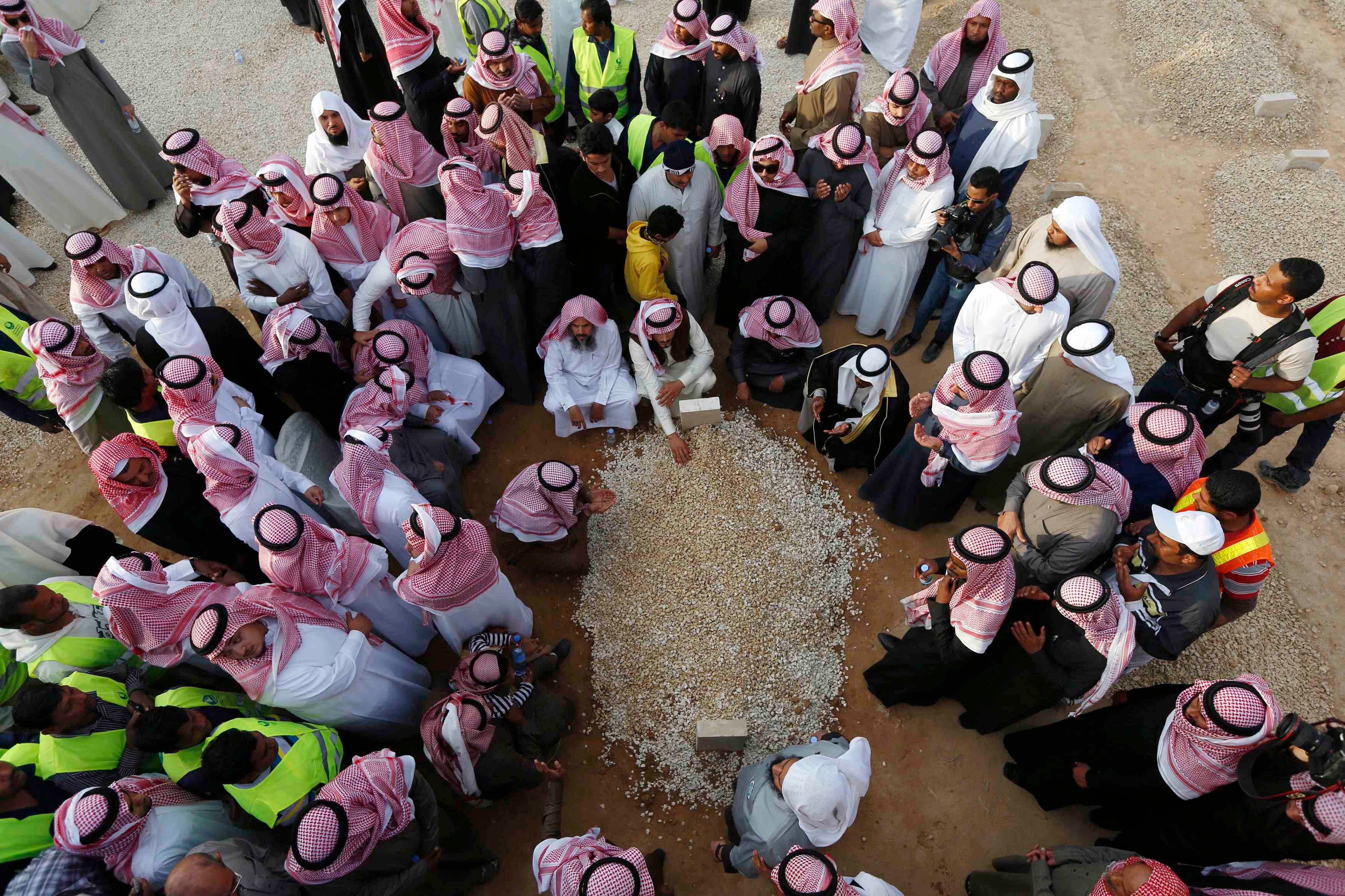 Mourners gather around the grave of Saudi King Abdullah following his burial in Riyadh Jan. 23, 2015.  (Reuters)