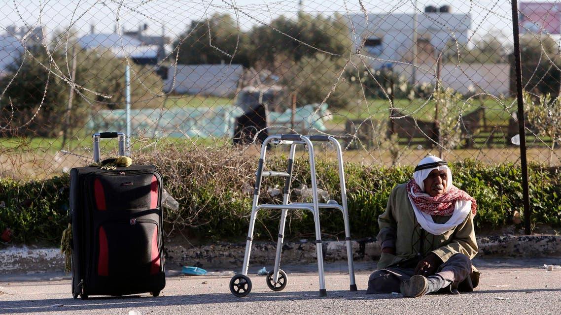 فلسطيني ينتظر عند معبر رفح غزة