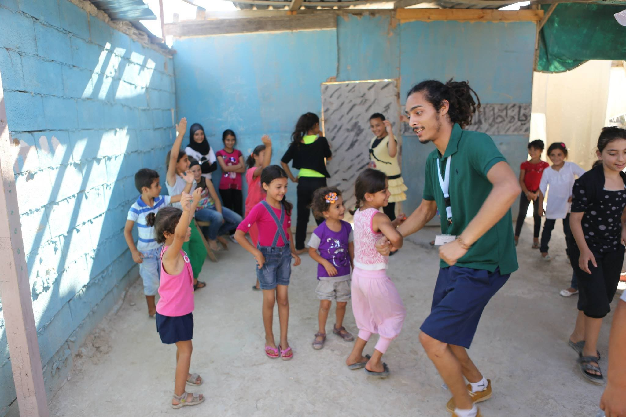 Seifeddine Jlassi entertaining children at a Syrian refugee camp in Tripoli, Lebanon. (Courtesy: Fanni Raghman Anni)